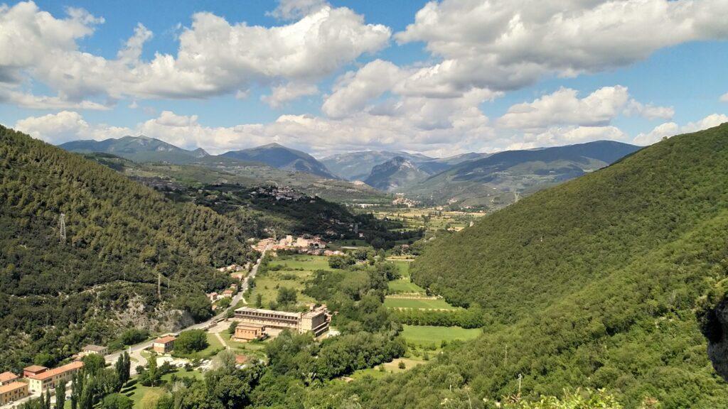 Herrvoragende Aussicht aufs Valnerina und die Dörfer Collestatte und Torreorsina