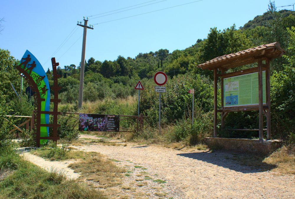 Hier fängt der Radweg auf den Spuren der alten Spoleto Norcia Eisenbahn an