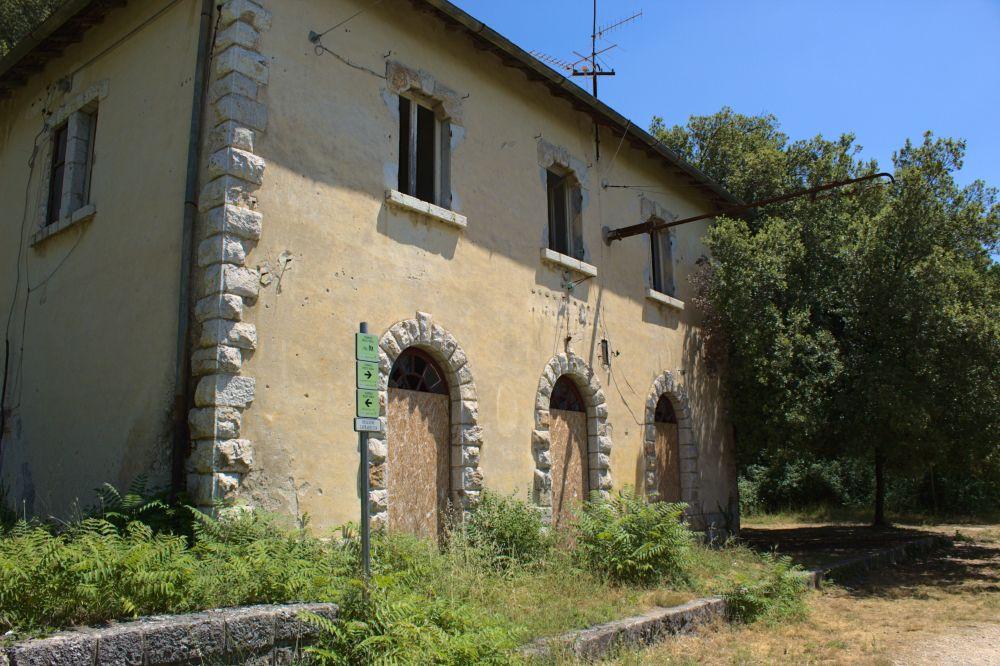 Die alte Caprareccia Station auf dem Spoleto Norcia Radweg