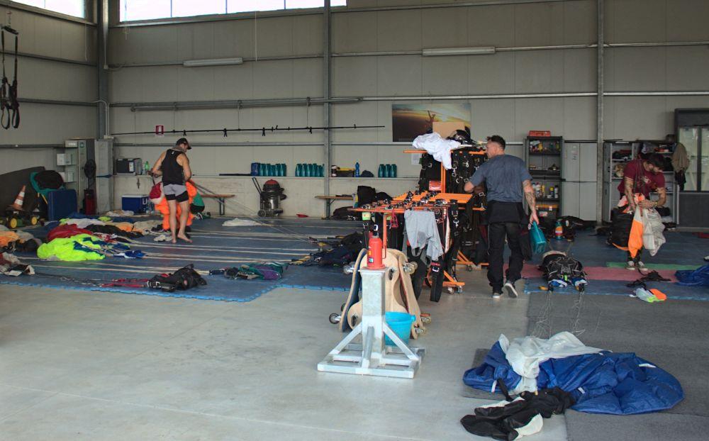Im inneren des THE ZOOs Hangars werden die Fallschirme wieder in den Container gefaltet