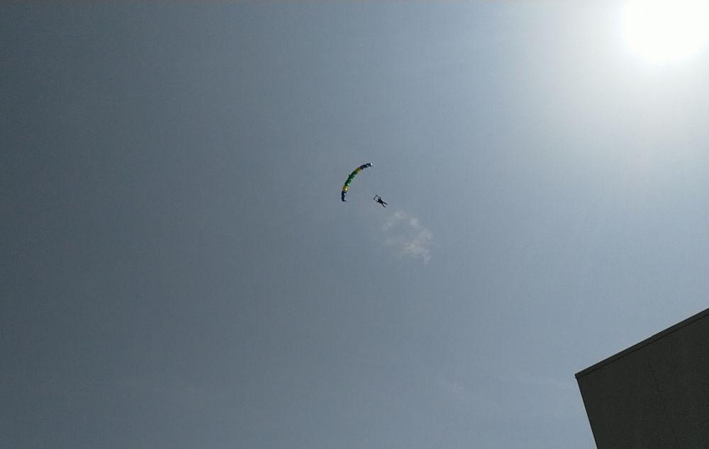 Fallschirmspringen im klaren Himmel Italiens
