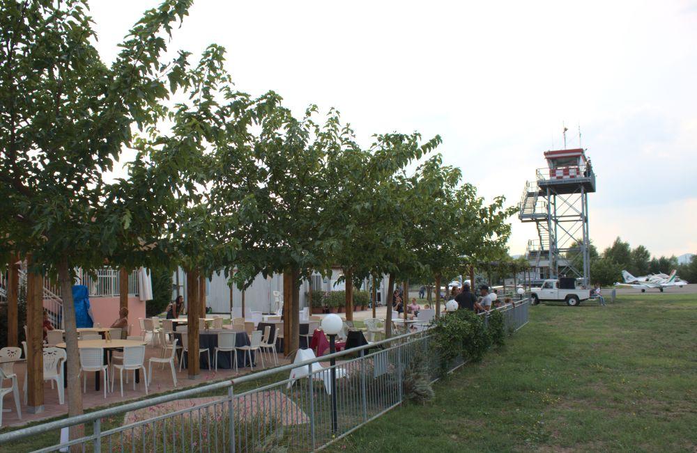 Barone Rosa Aussichtslounge neben dem Kontrollturm des Flugplatzes Alvaro Leonardi