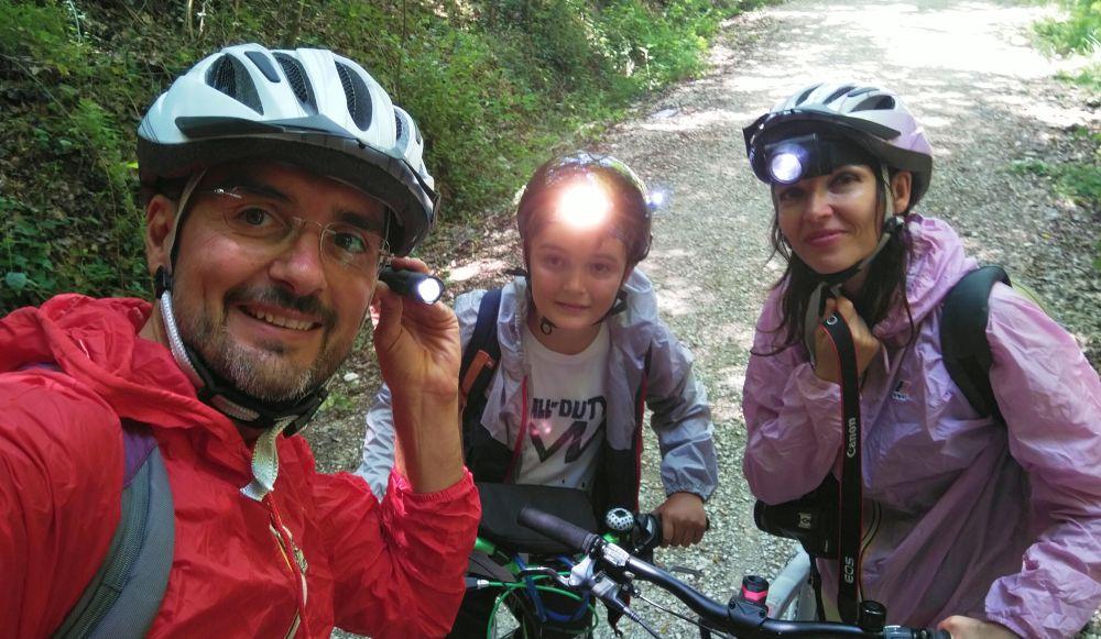 Notwendige Helm Lichter und Windjacken für das Durchfahren der Tunnel auf dem Spoleto Norcia Radweg