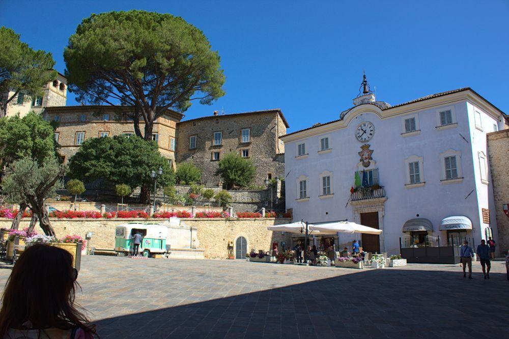 Piazza San Franceso in Sangemini, das Rathaus, der Bar Centrale und der Porchetta Oldtimer Imbisswagen