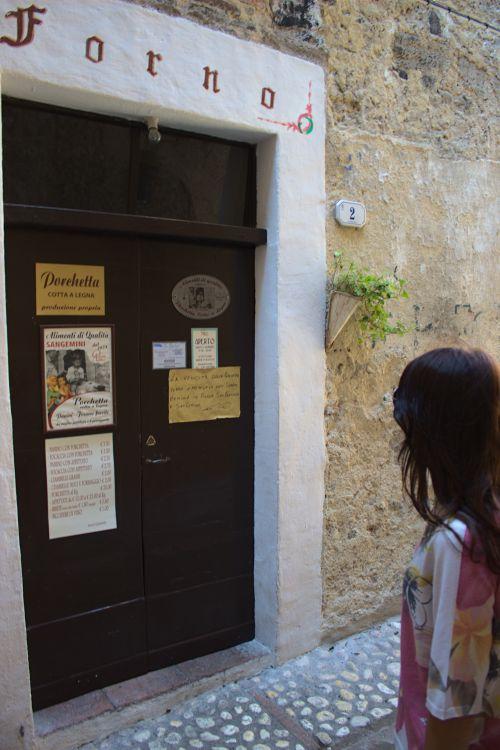 """Luca Quintilis Laden """"Alimenti di qualità dal 1974"""" in der Via delle Mura von Sangemini"""