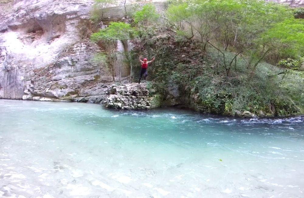 Sprung ins kristallklare Wasser des Flusses Corno