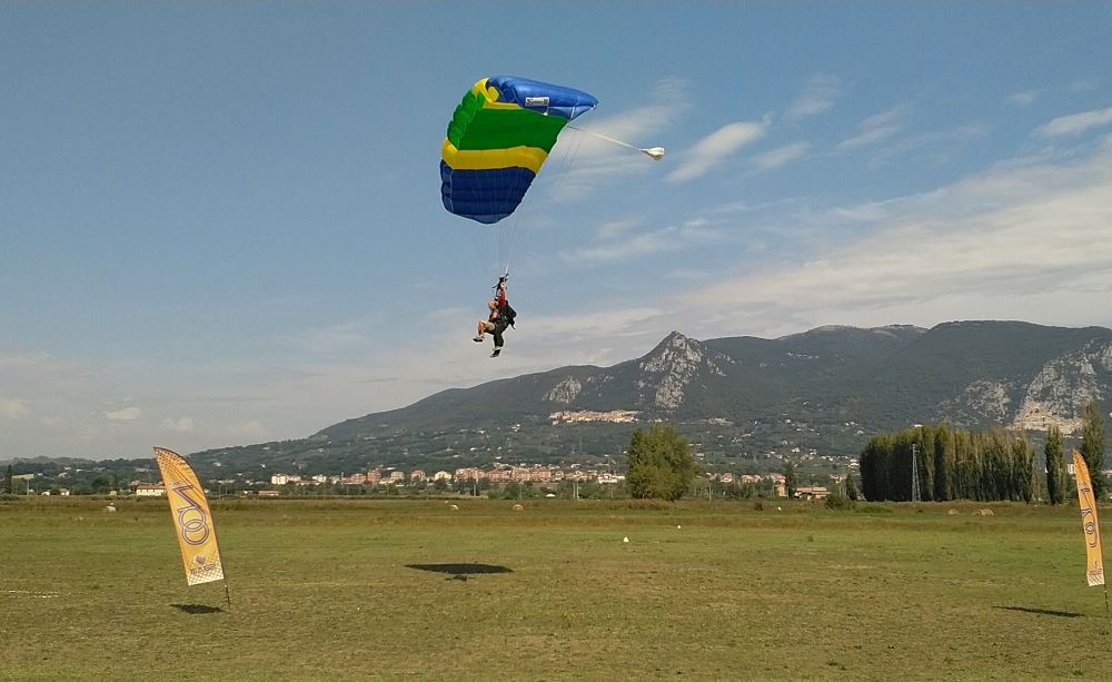 Tandem Fallschirm nähert sich der Landung