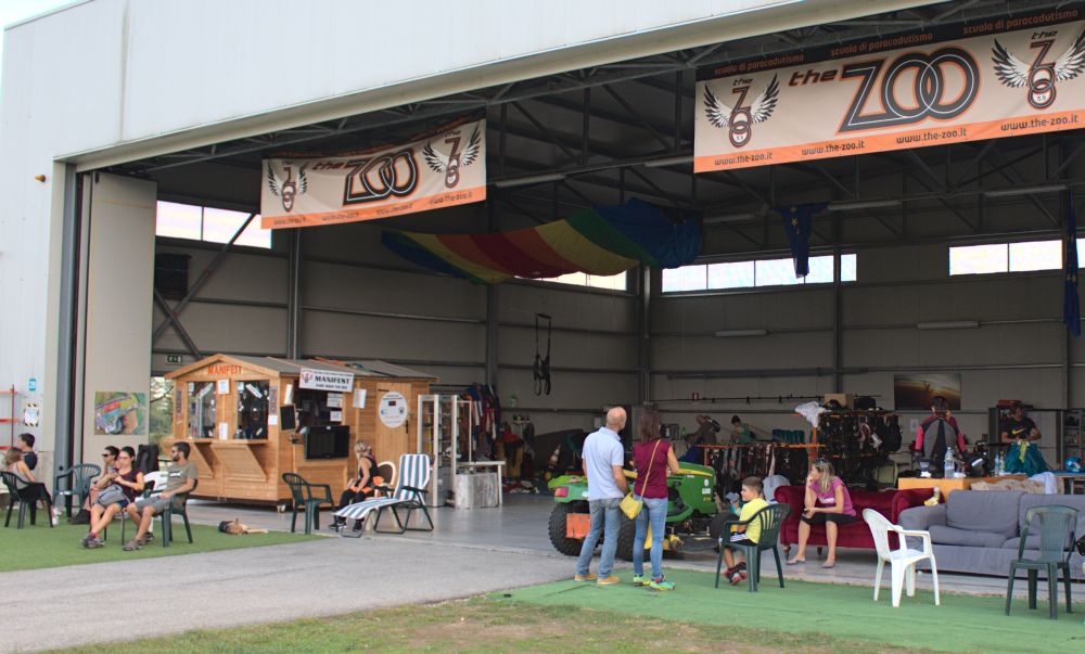 Hangar des Skydiving-Zentrums THE ZOO auf dem Flugplatz in Terni