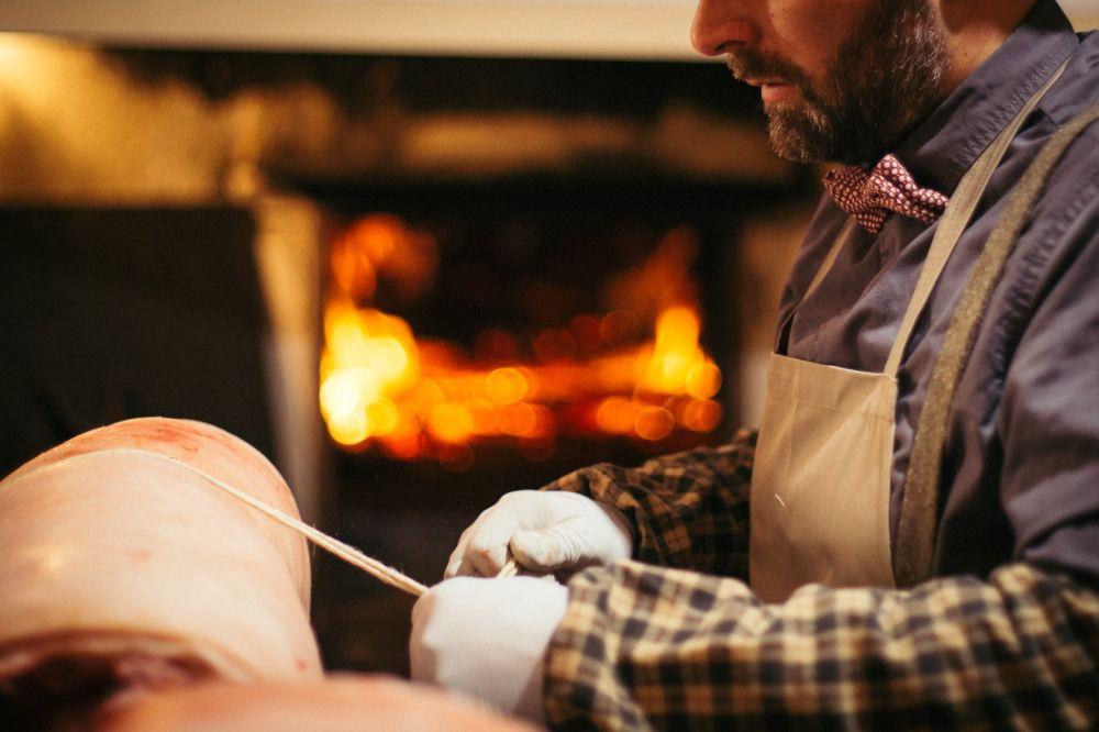 Luca bei der Vorbereitung der Porchetta vor dem Braten im antiken Ofen. Photo: www.lucaquintili.com