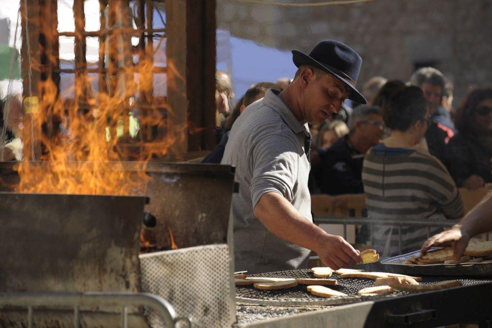 Bruschetta über der Glut geröstet und für di Verkostung des neuen nativen Olivenöl extra (olio extra vergine d'oliva) vorbereitet. Photo: frantoiaperti.net