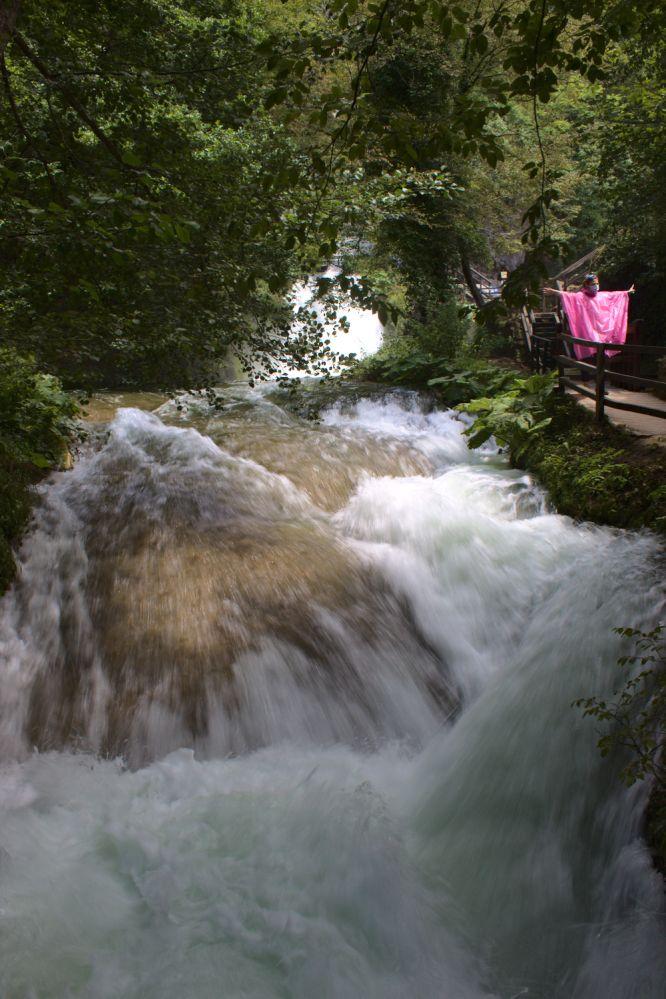 Einer der Wasserläufe des Marmore Wasserfalls