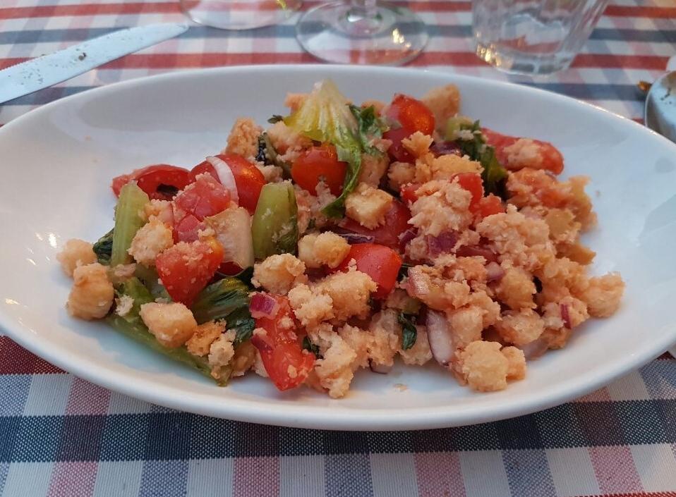 Panzanella ist ein einfaches Gericht der Tradition, das besonders im Sommer von praktisch allen umbrischen Familien zubereitet wird
