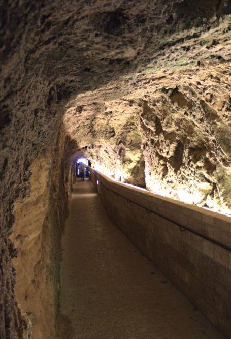 Der fünfzig Meter lange Tunnel zum Balcone degli Innamorati - Balkon der Verliebten