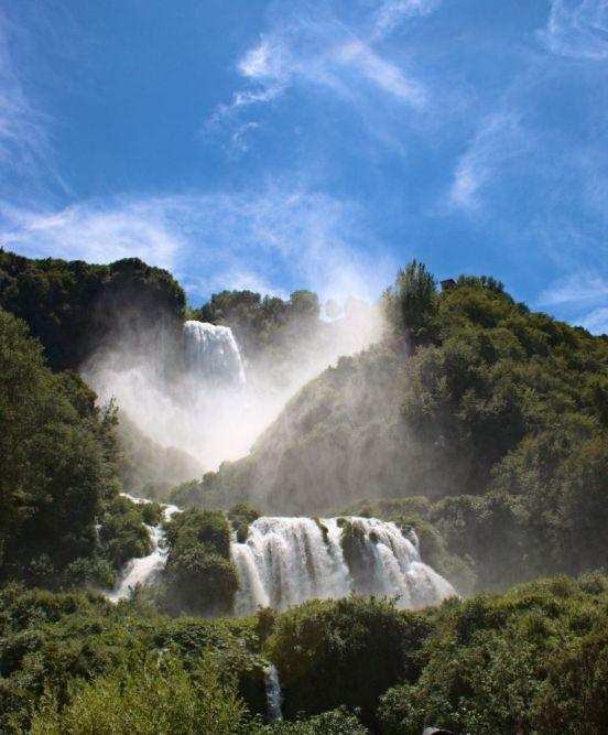 Wassernebel am Marmore Wasserfall. In den kalten Tagen wird eine Kapuze sehr nützlich sein.