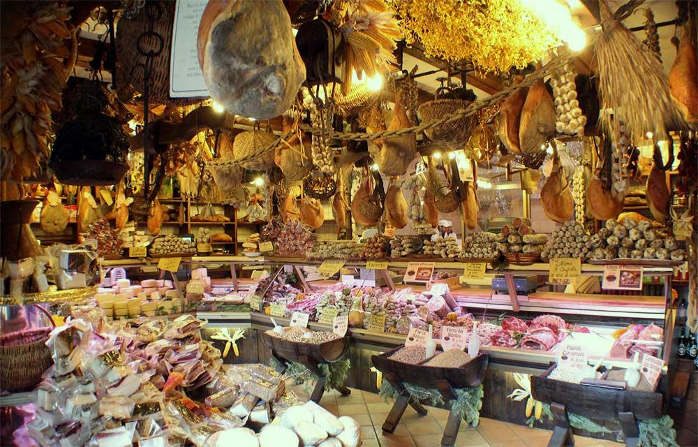 Norcineria bezeichnet die umbrische Kunst der Verarbeitung von Schweinefleisch. Hier der Laden der Ansuini-Brüder in Norcia. Photo: www.ansuininorcia.com