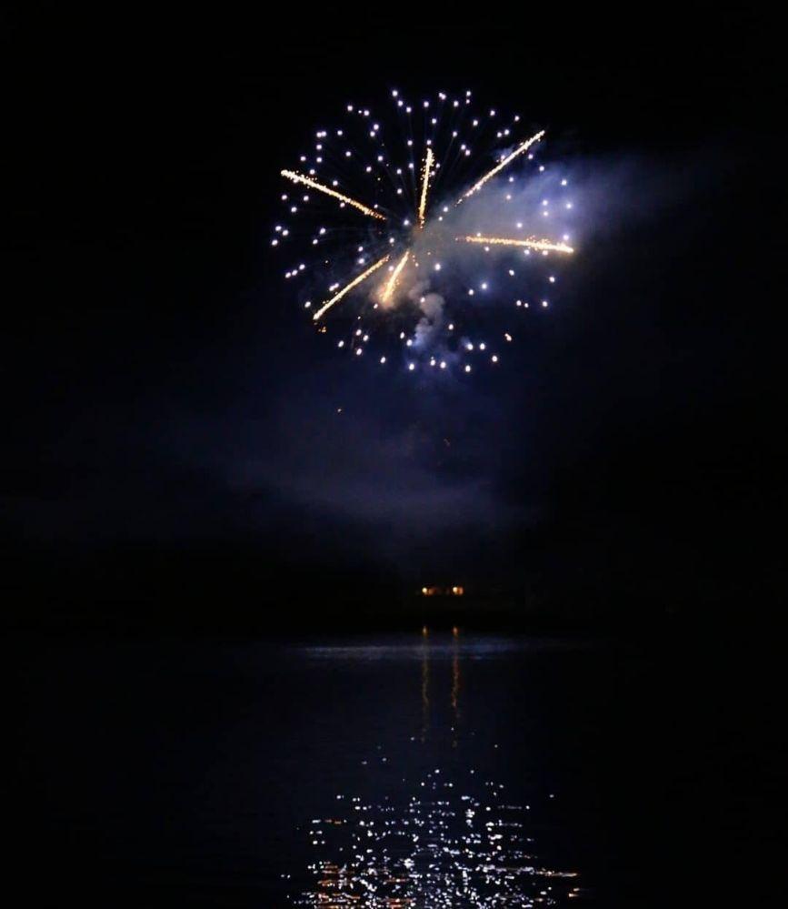 Abschluss Feuerwerk spiegelt sich im Piediluco See