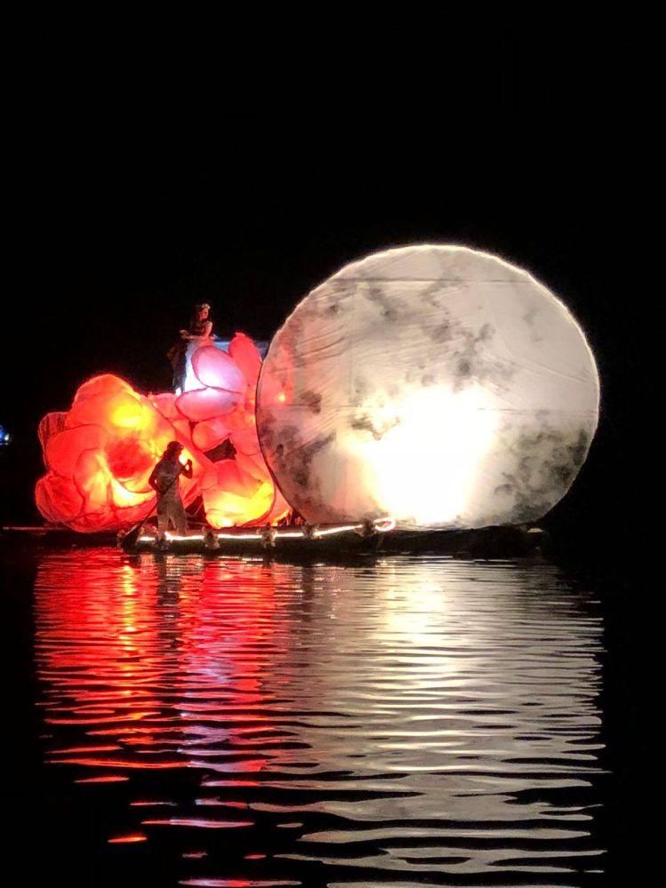 Allegorische Boote auf dem Piediluco See während dem Fest der Gewässer
