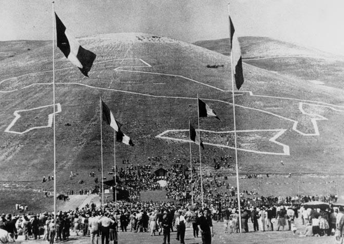 Für die Feier des 100. Jahrestages der Vereinigung Italiens, wurden hunderte von Nadelbäumen gepflanzt. Damit wurde die Form Italiens auf dem Hügel reproduziert.