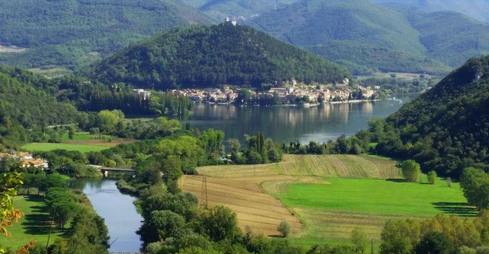 Piediluco zwischen den Bergen Luco und Capeno